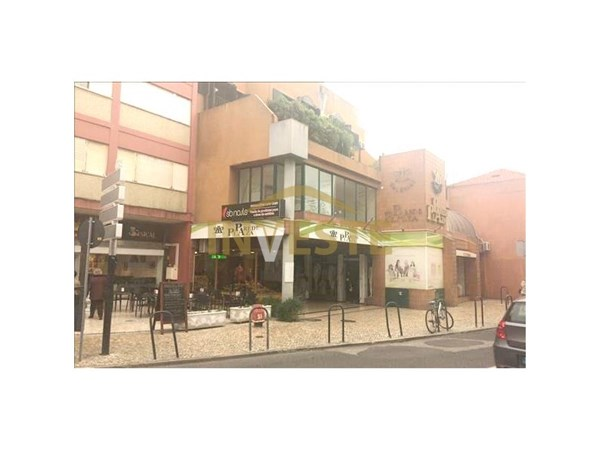 Store on the wall. Property located in the central area of the consolidated Wall, inserted into the Wall Plaza Galleries, with traditional and services trade in R/C throughout your surroundings. The store is on the ground floor, being composed of a s...