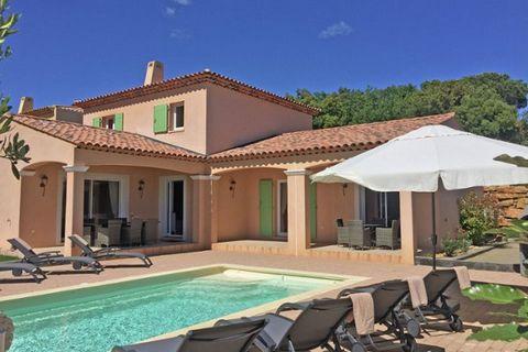 Villa moderne avec piscine privée. Du jardin, vous avez une vue fantastique sur les vignes. La villa est à distance de marche du centre du village animé et pittoresque du Plan-de-la-Tour. Dans la matinée, vous pouvez marcher à la boulangerie pour ach...