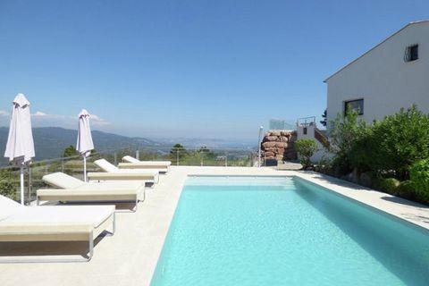 Cette luxueuse villa moderne et spacieuse avec piscine privée a une superbe vue panoramique de 270 degrés aussi bien sur la Méditerranée que sur le massif de l'Estérel. La villa est située dans un luxueux domaine sécurisé entre les stations balnéaire...