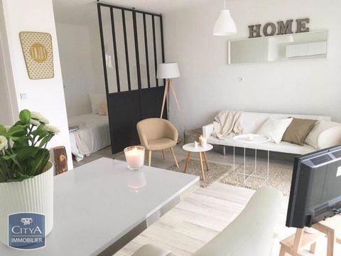 Beau studio meublé de 29 m² à Mâcon dans résidence Le Clos de la Roseraie avec parc arboré et digicode comprenant une entrée avec placard, une cuisine ouverte sur séjour, une salle d'eau, un balcon, un parking. Chauffage et eau chaude collectif. Loye...