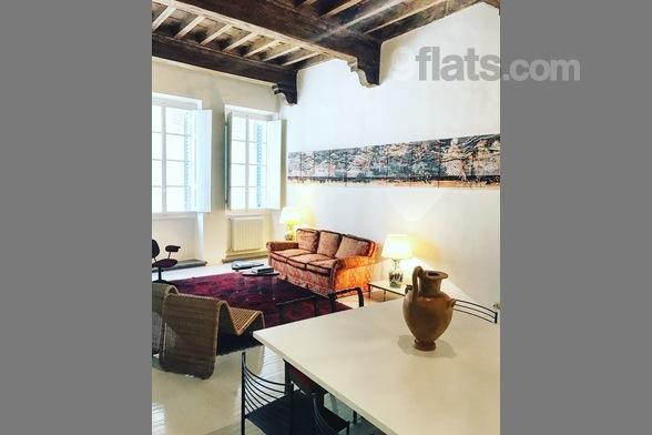 Nel cuore di Firenze, a pochi passi da Palazzo Vecchio, Galleria degli Uffizi e Ponte vecchio, l'appartamento mescola sapientemente uno stile moderno con i dettagli antichi del palazzo. Con due camere da letto e due ampi saloni, l'appartamento è idea...