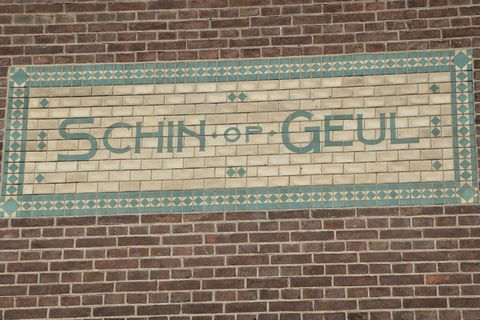 Schin op Geul is a small village in the beautiful Geul Valley. This comfortable holiday home is located in the middle of the village across from the church. After a day full of excursions, it's nice to relax on the little terrace or go out to eat at ...