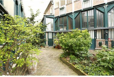 A deux pas du musée Bourdelle, ancien atelier d'artiste en duplex, donnant de plain-pied sur une ravissante cour classée et arborée. Il se compose d'une entrée, d'un séjour, d'une cuisine ouverte entièrement équipée, d'une chambre et d'un bureau en m...