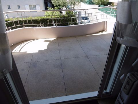 Located in the popular district of La Badine 2nd floor out of 3 without lift Very bright apartment with open view Pleasant stay with bay window aluminum with brick partition (embedded in double partition) giving on terrace of 2,50m of depth Bedroom 1...