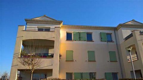 Au 2ème et dernier étage d'une résidence sécurisée récente et proche des commerces, APPARTEMENT T2 de 50.91 m² hab. avec grand balcon et place de parking. La cuisine est aménagée ,el séjour donne accès sur le balcon, une chambre et dégagement équipés...