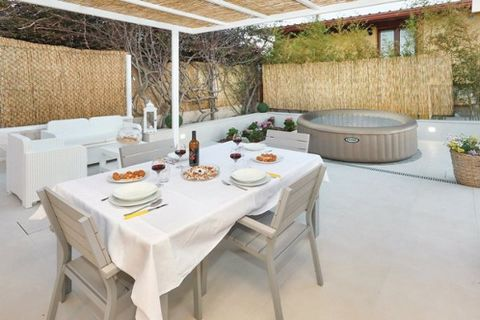 This newly renovated, delightful holiday home is placed on a 40 m2 shared site 1.5 km from shopping, 1.5 km from restaurant and only 1.5 km from Cava d´Aliga. Ample space for 4 persons (2 in doublebeds) in the 2 sleepingrooms. kitchen: hot and cold w...