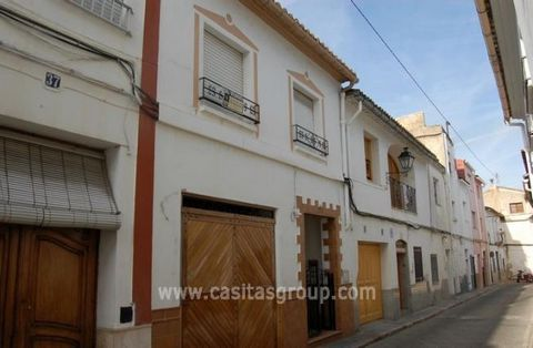 A traditional Town House in Oliva with the rare addition of a Garage ideally located for all of the facilities of this Popular coastal location. The accommodation is accessed by a small gated porch with wooden door or the garage and leads into large ...