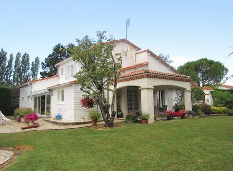 Valérie TERRILLON vous présente à SAUJON 17600 une très belle villa de 243 m² sur un terrain clos et arboré de 3000 m². A 10 km de Royan, proche du centre-ville de Saujon, cette maison aux prestations de qualité et au charme certain offre de beaux vo...