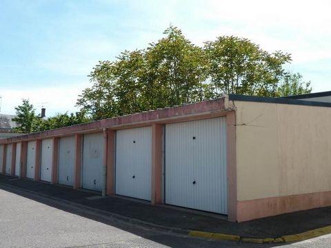 ST PRYVE ST MESMIN, proche orléans, garage fermé de 13 m². Loyer : 47 euros CC. Honoraires : 143 euros.