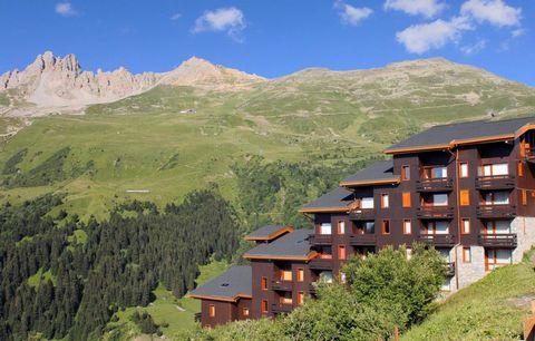 Cette magnifique résidence se compose de grands chalets en bois et offre un accès direct aux commerces et remontées mécaniques de cette station de ski en Savoie dans les Alpes françaises. Il se compose de 211 appartements et est relié au centre de Mé...