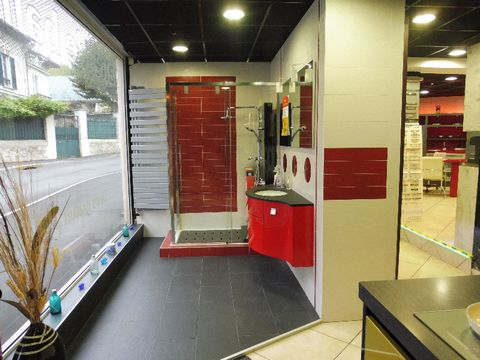 Cession de bail centre ville de Brunoy Local commercial de 90 m2 avec grande vitrine sur rue de 9m env., il dispose d'un point d'eau avec wc. Très bon état général. N'hésitez pas à me contacter pour de plus amples informations. Prix de vente : 55 000...