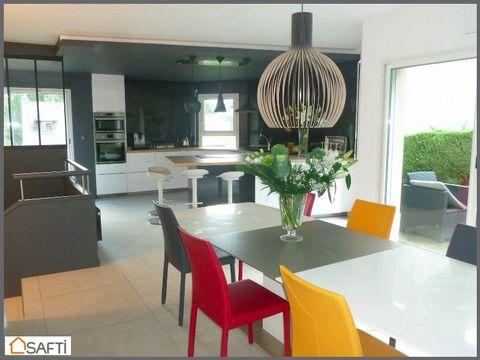 ORVAULT Petit Chantilly, A proximité des commerces, des écoles et des transports, venez découvrir cette belle maison contemporaine de 175 m2 dans un quartier agréable. Vaste pièce de vie lumineuse d'environ 60 m2 aux expositions variées ouvrant sur t...