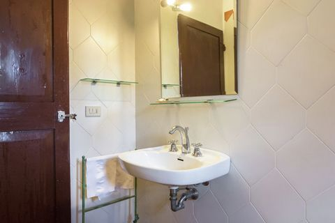Very spacious, comfortable apartment, equipped with every service in a wonderful position on the hills of the countryside of Pisa. Tastefully renovated and well furnished in classic Tuscan style. Surrounded by a large sunny garden, with a wide lawn, ...