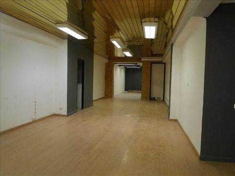 Perpignan centre-ville, très bon emplacement pour ce local commercial d'une superficie de 71 m² : surface de vente 45 m², arrière-boutique 5 m² + 2 pièces annexes : cuisine/laboratoire de 14 m² et bureau ou stockage de 7 m². A rafraîchir.