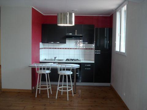 Garage professionnel de 190m² environ avec son appartement de 58m² environ composé d'une pièce ouverte avec 1 cuisine toute équipée, 1 salle d'eau (douche à l'italienne), 1 WC, 2 chambres, 1 bureau de 60m² environ avec point d'eau. Quartier calme
