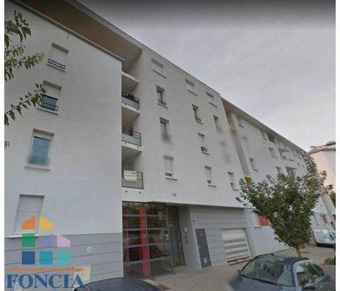 A proximité du centre ville, dans une résidence sécurisée, bel type 3 comprenant séjour, cuisine équipée, 2 chambres, salle de bains, wc, balcon, garage.