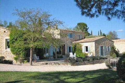 Cette maison de campagne provençale aménagée avec goût se trouve à 6 km du village idyllique de Gordes, au beau milieu du superbe paysage vallonné du Luberon. La maison de campagne possède un magnifique jardin en pente (2500 m2) avec des oliviers, un...