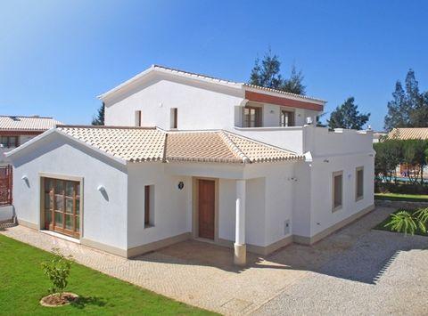 Villa 3 chambres avec piscine et jardin. Cette maison a cuisine équipée, salle de bains de service, trois suites, salon spacieux avec vue sur la piscine, grande terrasse couverte où nous pouvons profiter de la vue sur la campagne. Le bureau peut être...