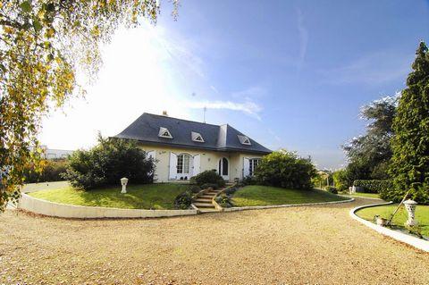 Arnaud DEBRUYNE vous propose une belle maison de 157 m2, idéalement située sur la commune de Ecouflant à 10 minutes de la gare d'Angers au prix de 310000 € FAI* Maison comprenant un grand séjour, une cuisine équipée, trois chambres au rez-de-chaussée...