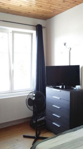 Appartement 2 pièces loué entièrement rénové situé au 2ème étage d'une copropriété de 3 logements à MULHOUSE. Vaste séjour. Chambre avec placard mural