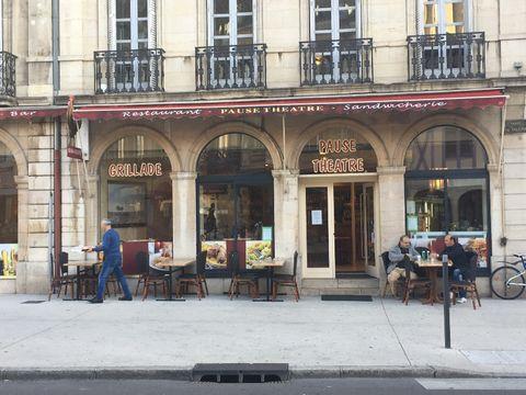 Kebab / épicerie à vendre, idéalement situé sur la place du théâtre à Dijon, en très bon état. Clientèle établie et quartier très fréquenté. Mobilier et équipement restant. Aucun Stock. Proximité centre ville, lycées. Fond de commerce + mansarde + ca...