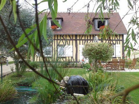 Découvrez le charme incontestable de cette maison de style Normand à l'intérieur modernisé, dressée sur un jardin plat, arboré et paysager de 1000 m2 totalement clos de murs. Située à 15 mn de la gare de Vernon, ce bien est composé au rez-de-chaussée...