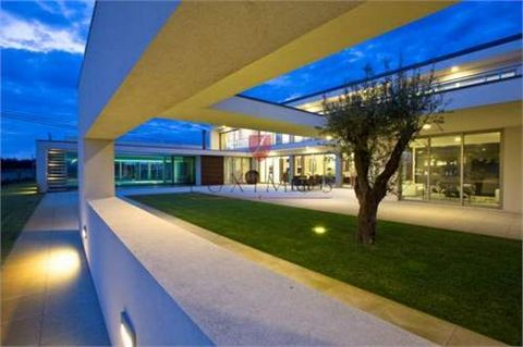 Fantastic modern design villa with pool, superb and spacious areas, excellent sun exposure, luxury finishes and wonderful views to the Aveiro Estuary. Close to a bathing area of a unique beauty, ideal for nautical sports. It is located 50 minutes awa...