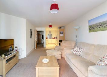 This 2 bed, fifth floor, fully furnished, immaculately presented apartment boasts an open plan lounge/ fully integrated kitchen area with balcony within the exclusive Gunwharf Quays in Old Portsmouth. With En-suite to master bedroom and furnished to ...