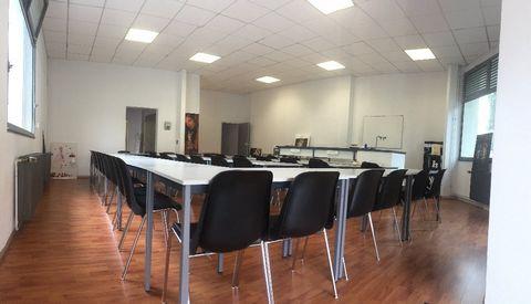 PYRENEES ORIENTALES (66) à vendre à Perpignan magnifique local professionnel de 164 m² pour activité commerciale et tertiaire avec une salle de réunion, une salle de vente, 2 bureaux, sanitaires et salle d'eau. Ce local de plain-pied est situé dans l...