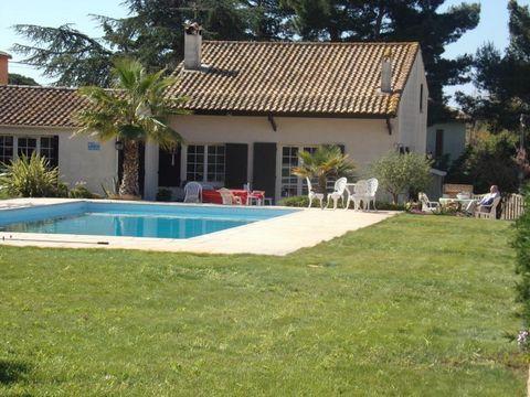 Situé dans le quartier recherché de Grau d'Agde , belle Villa sur 1400 m² de terrain., Séjour de 32m² + pièce à vivre / bureau de 35 m², 2 chambres en plein pied + Grand pièce dortoir aménageablede 32 m² en mezzanine, Piscine 13 x 7m + Abri de jardin...