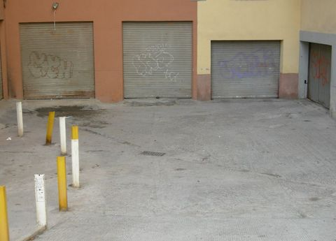 Commercial premises, store, garage of 10 m by 4.2 m with 6 m height with possibility of parking for two cars Possibility of mezzanine for an office. With supply pipes and piping for a bathroom 2 windows facing south Closure with metal shutter Pre ins...