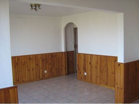 RENT- RESIDENCE CHATEAU VERT - T4 75.36sqm, on the 2nd floor, double living room, 3 bedrooms, basement, open view, parking. Heating. Rent: 770€ / month CC (water and heating included) - Energy Performance: Class C - Free 01/07/14.
