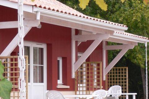 L'habitation de vacances se trouve dans le petit village d'Ares, dans le département de la Gironde sur la côte Atlantique. Elle est à enviorn 49 km. à l'Ouest de Bordeaux directment au bord du lac d'Arcachon. La région est connue pour ses vins de bor...