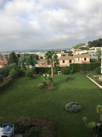 A louer St Laurent du Var, dans une résidence sécurisée et bien entretenue, grand T4 d'environ 90m2 composé d'un séjour donnant sur une grande terrasse avec vue dégagée, d'une cuisine indépendante aménagée, d'un cellier, de 3 chambres avec rangements...