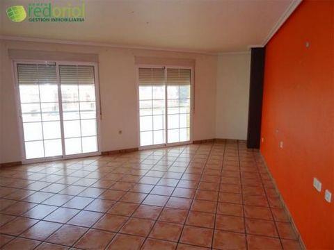 REF 60202423. Red oriol les ofrece un amplísimo piso en Alquerías situado muy próximo tanto al instituto de la localidad como al centro de la misma donde encontrará todo tipo de servicios. Al bloque donde está ubicada la vivienda se accede por una tr...