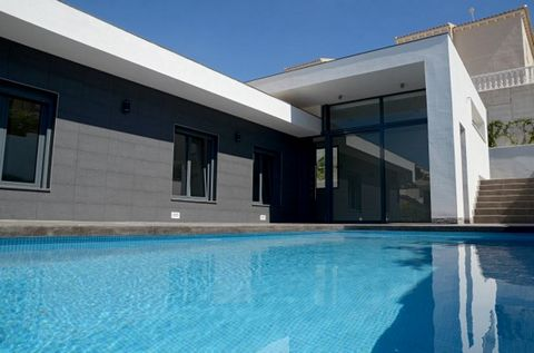 Great quality newly built villa with high ceiling in the living room, large plot and south facing