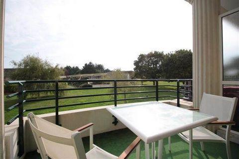 GOLF DE LA BAULE, dans une résidence de standing avec piscine, un appartement T2 meublé, offrant : une entrée avec un placard, un coin cuisine aménagé et équipé de plaques, d'une hotte, d'un frigo, d'un lave-vaisselle et d'un micro-ondes, un séjour d...