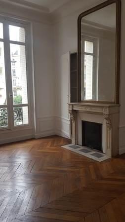M GARE DU NORD - RER MAGENTA Rue Lafayette - APPARTEMENT 3 PIECES. Dans un très bel immeuble Pierre de Taille, au 1er étage cet appartement se compose d'une entrée, d'un salon qui donne côté rue de l'aqueduc, avec cheminée et parquet 'pointe de Hongr...