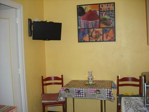 Nathalie Jourdan vous propose au 06 83 86 44 75 un appartement de 28 m2, au rez de chaussée, dans une résidence calme arborée et paysagée. Il se compose de la façon suivante : Une pièce à vivre avec cuisine équipée Une chambre Une salle d'eau avec wc...