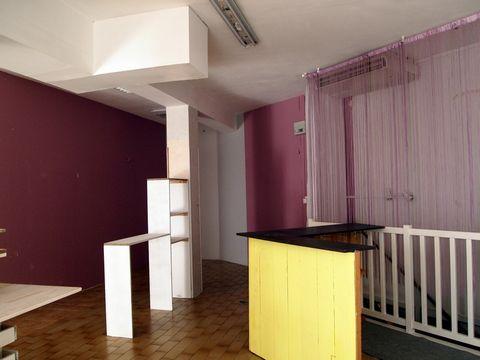 Nathalie JOURDAN vous propose au 06 83 86 44 75 un local commercial de 55 m2 avec 2 réserves en sous-sol de 55 m2 idéal pour boutique, bureau ou profession libérale. Le local se décompose de la façon suivante: une pièce de 55 m2 avec wc et lavabo deu...