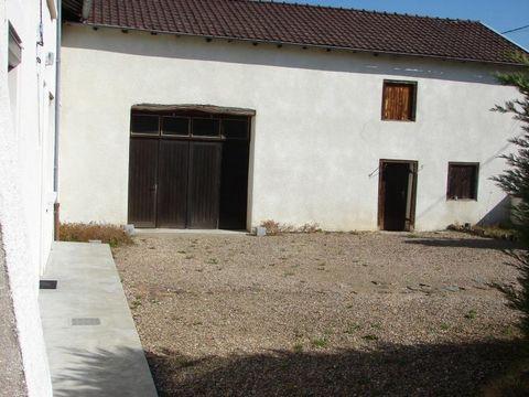 EXCLUSIVITE! Aux portes de ROANNE, cette ancienne ferme de 128 m2 habitable et d'une annexe de 60 m2 possède de nombreuses dépendances sur une parcelle de 2732 m2 avec un puit. Ses 5 belles pièces dont pour la plupart supérieures à 20 m2 vous permett...