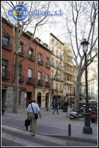Piso en Madrid zona Palacio, 80 m. de superficie, 3 habitaciones dobles (con armarios empotrados), un dormitorio cama de 1.50 cm. con baño incluido, los otros dos dormitorios tienen dos camas cada dormitorio de 90 cm., un baño completo con bañera, pr...