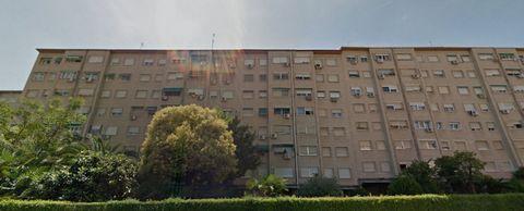 Local comercial en Mostoles, 248 m. de superficie, 2 baños, propiedad en buen estado.. Extras: aire acondicionado, ascensor, calefaccion, autobuses, centros comerciales, colegios. Altura libre (m)3,00