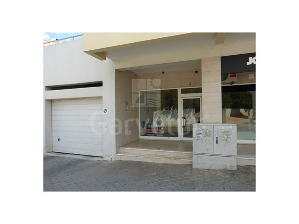 Great store with 122sqm, located in a new place in Lagoa city with good access and outdoor parking. Enough potential being adapted to trade. Financing up to 100%. Energy class C Ref 01/N/01489