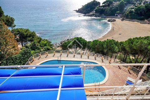 Esta villa de estilo mediterráneo se sitúa en la urbanización Cala Sant Francesc, en primera línea de mar, en una zona muy tranquila de la Costa Brava. Está en un complejo privilegiado con seguridad las 24 horas y una zona comunitaria con piscina y p...
