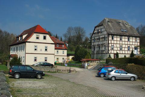 Das Feriendorf liegt am Rande der Kur- und Weinstadt Bad Sulza, mitten im Städtedreieck der Universitätsstadt Jena, der Klassikerstadt Weimar und der Domstadt Naumburg. Das Haus mit 9 Ferienwohnungen befindet sich direkt am schönen Kurpark von Bad Su...