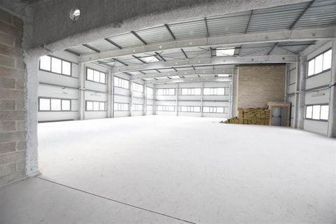 A 3 minutes à pied du quartz, un local d'activité REFAIT NEUF de 3 300m² sur 3 étages entièrement ERP et PMR. double batterie d'ascenseur sur 5 niveaux:-au sous-sol :110 places Parking- auRDC : Grande vitrine éclairant 100m² en open- Au 1er étage: ...