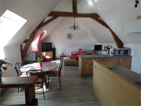 12' Saumur, Très beaux volumes à exploiter pour cet ancien commerce qui vous offre de plain pied environ 156m2:Vous y trouverez une pièce de vie de 52 m2, une vaste chambre de plain pied, un bureau, wc...etc une salle de bain est créer. Accès direct ...