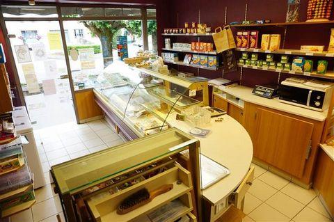 A vendre, une boulangerie pâtisserie bien située, dans une petite commune de 600 hab., façade de 7 mètres, grand parking devant. Locaux (191m²): Rdc : Boutique (15m²), arrière boutique, fournil (38m²), réserve. Partie habitation : séjour/ salon, cuis...