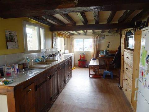 Maison de ville offrant cuisine,grande pièce de vie avec cheminée insert,3 chambres,bureau,salle d'eau et WC. Terrain de 300m².